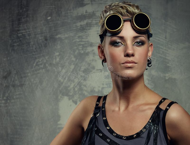 Het portret van de close-up van een stoom punkmeisje. stock foto