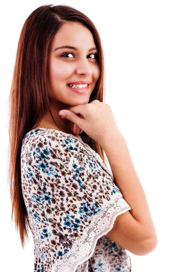 Het portret van de close-up van een vrij jonge vrouw met hand op kin royalty-vrije stock afbeeldingen