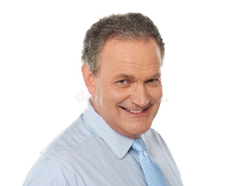 Het portret van de close-up van glimlachende hogere mannelijke stafmedewerker royalty-vrije stock foto