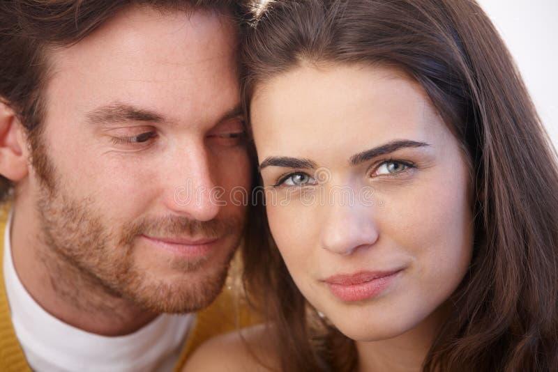 Het portret van de close-up van het houden van paar het glimlachen royalty-vrije stock fotografie