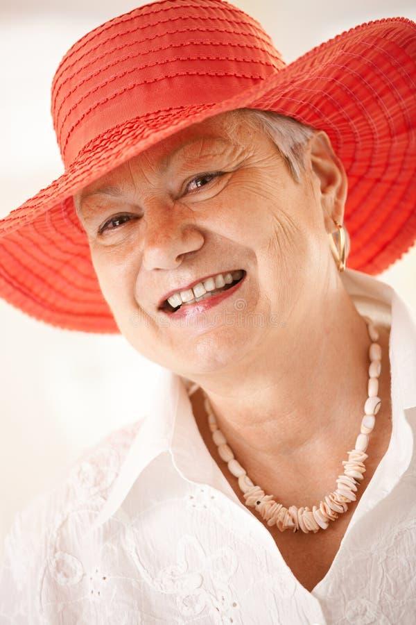 Het portret van de close-up van hogere vrouw die hoed draagt royalty-vrije stock afbeelding