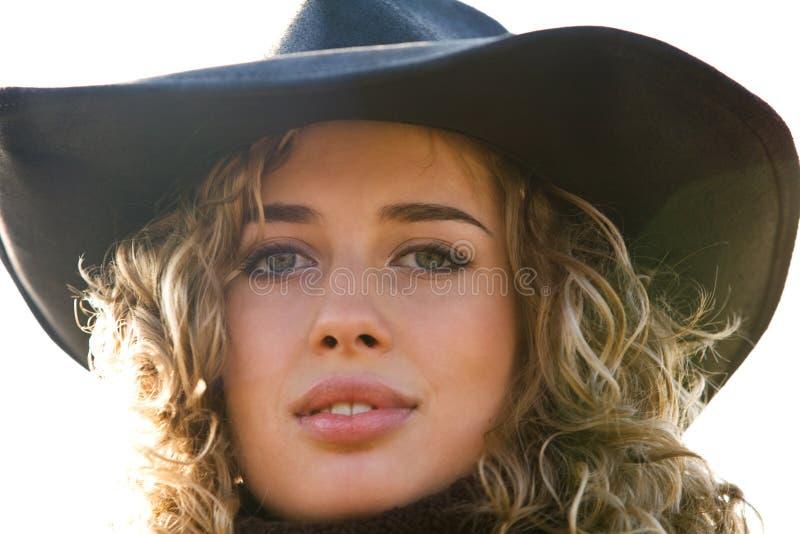 Het portret van de close-up van jonge blonde vrouw in een hoed stock afbeelding