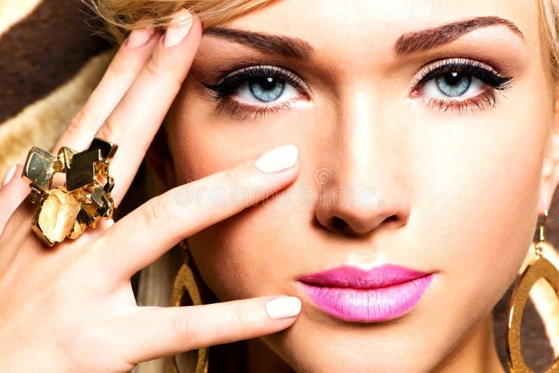 Mooi gezicht van jonge vrouw met maniermake-up stock afbeelding