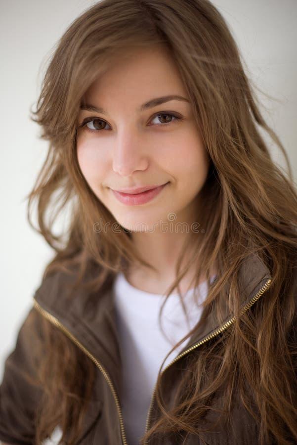 Het portret van de close-up van schitterend jong donkerbruin meisje. stock fotografie
