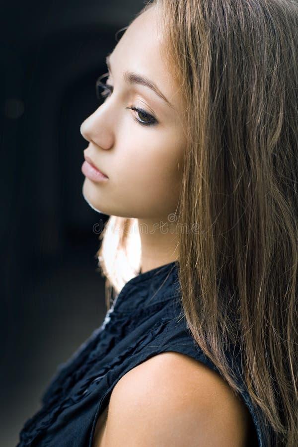 Het portret van de close-up van schitterend jong donkerbruin meisje. stock foto's