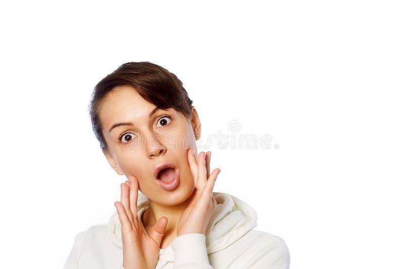 Het portret van de close-up van verrast mooi meisje dat haar hoofd in verbazing houdt en met open mond Over witte achtergrond royalty-vrije stock foto