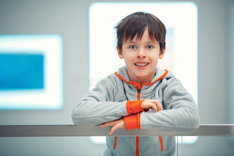 Het portret van de close-up van vrolijk weinig jongen royalty-vrije stock foto's