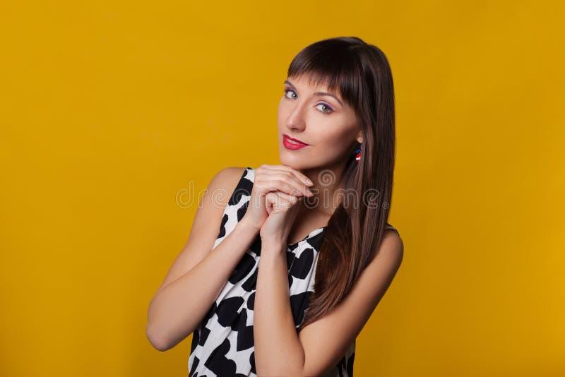 Het portret van de close-upmanier van mooie modelvrouw met heldere make-up Het Gezicht van de schoonheid Ge?soleerd op oranje of  royalty-vrije stock fotografie