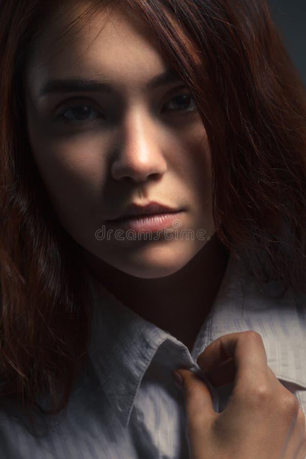 Het portret van de close-upschoonheid van een jong sensueel mooi donkerbruin meisje met lang zwart recht vliegend haar stock foto's