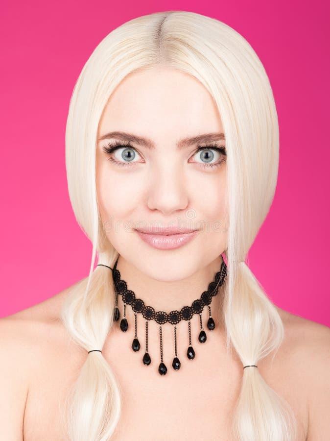 Het portret van de close-upschoonheid van jonge mooie vrouw met grote blauwe ogen en gemakkelijke glimlach royalty-vrije stock foto's