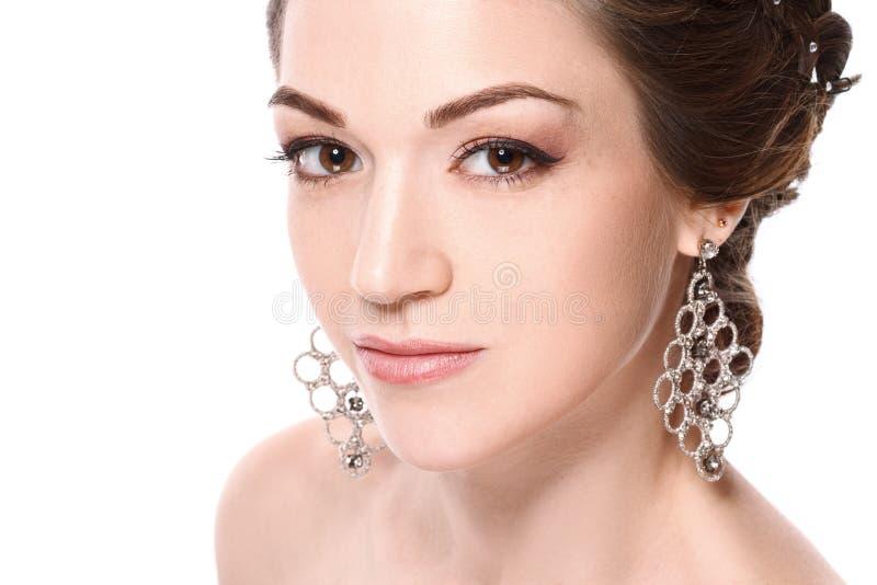 Het portret van de close-upschoonheid van jonge mooie vrouw met juwelen Donkerbruin meisje in leerjasje Geïsoleerdj op witte acht stock afbeeldingen