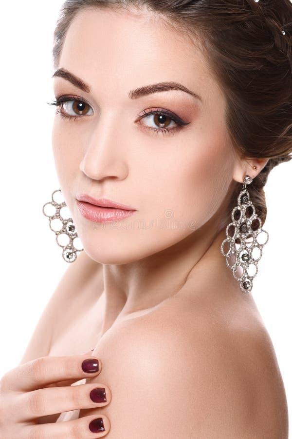 Het portret van de close-upschoonheid van jonge mooie vrouw met juwelen Donkerbruin meisje in leerjasje Geïsoleerdj op witte acht royalty-vrije stock fotografie