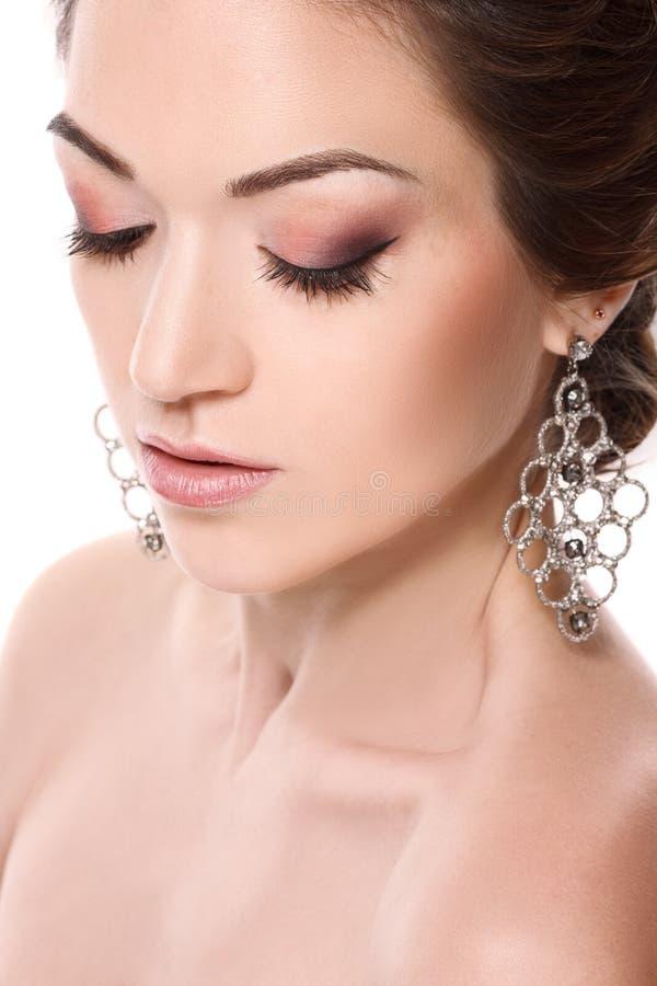Het portret van de close-upschoonheid van mooie jonge vrouw met gesloten die ogen, vrouw met juwelen, op witte achtergrond worden royalty-vrije stock foto