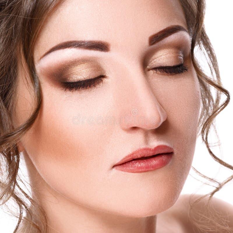 Het portret van de close-upschoonheid van mooie jonge vrouw met gesloten die ogen, op witte achtergrond wordt geïsoleerd royalty-vrije stock foto