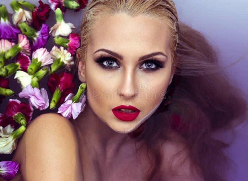 Het portret van de close-upschoonheid van blondevrouw stock foto's
