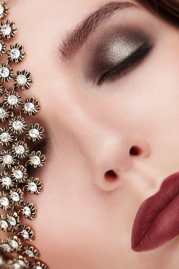 Het portret van de close-upschoonheid van jonge vrouw met juwelen voegt lawaai toe royalty-vrije stock afbeelding