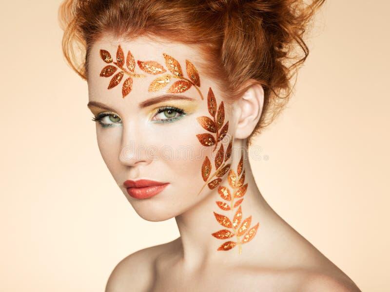 Het portret van de de herfstvrouw met elegant kapsel.  Perfecte make-up royalty-vrije stock foto's
