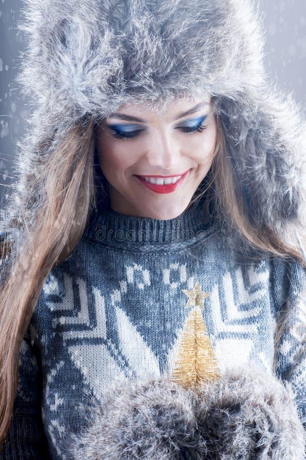Het portret van de de wintermanier van jong glimlachend meisje in bonthoed stock foto's