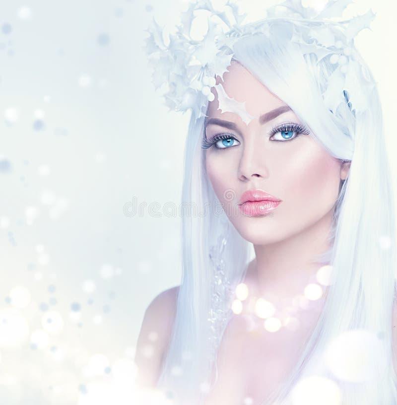 Het portret van de de wintervrouw met lang wit haar stock afbeelding