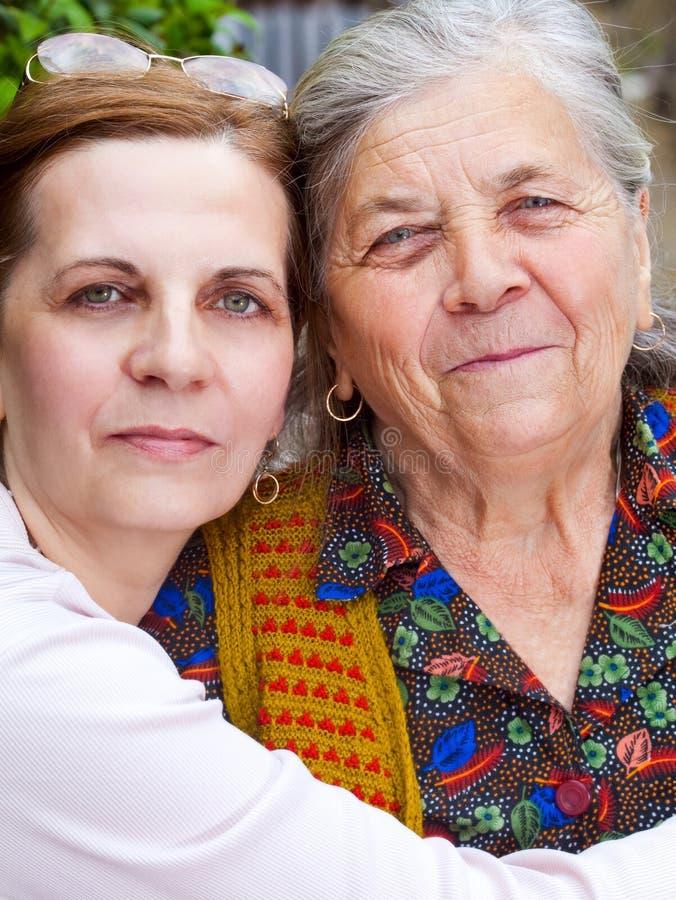 Het portret van de familie - gelukkige grootmoeder en dochter royalty-vrije stock afbeeldingen