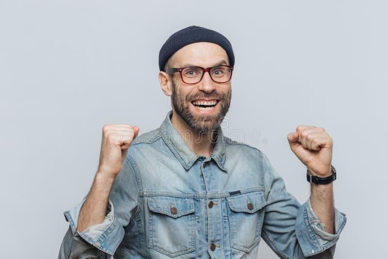 Het portret van de gelukkige succesvolle mens verheugt zich zijn triomf, dichtklemt royalty-vrije stock afbeeldingen
