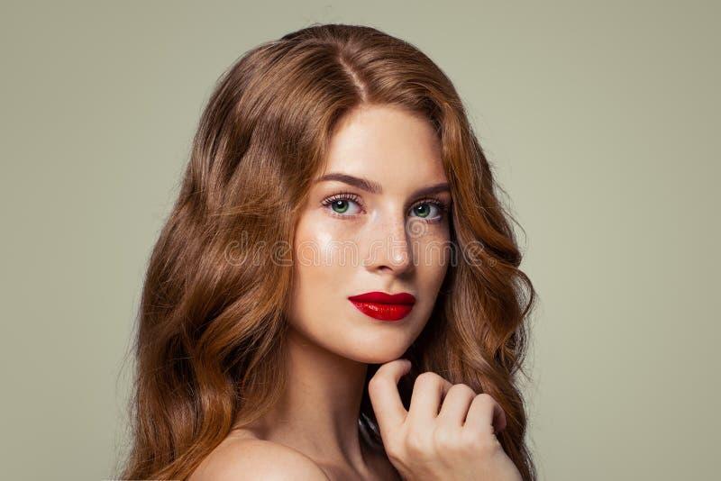 Het portret van de gembervrouw Aantrekkelijk roodharigemeisje met sproeten en groene ogen stock foto
