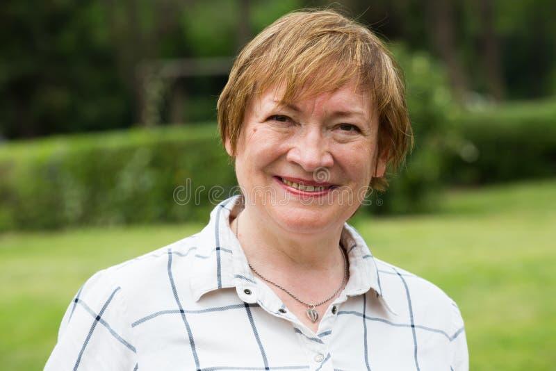 Het portret van de gepensioneerdenvrouw in openlucht royalty-vrije stock foto