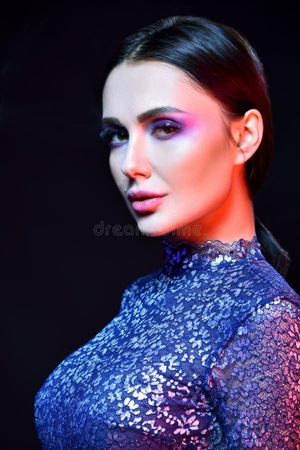 Het portret van de glamourclose-up van mooie sexy modieuze donkerbruine Kaukasische jonge vrouw royalty-vrije stock foto