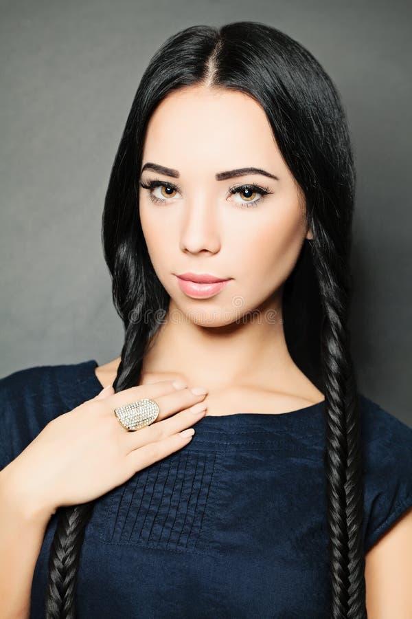 het portret van de glamourmanier van mooi sexy brunette royalty-vrije stock foto's