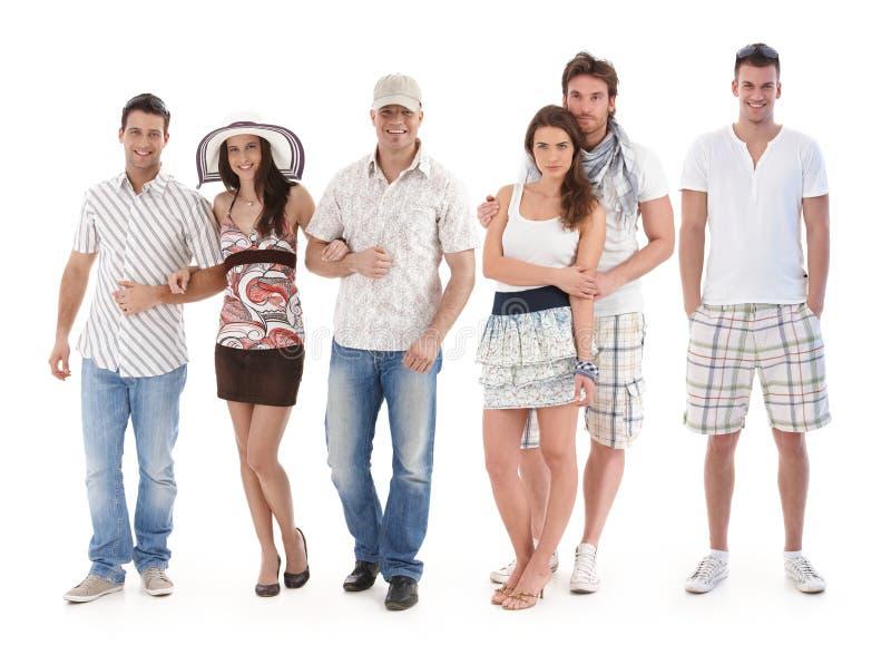 Het portret van de groep van jonge mensen in de zomerkleding royalty-vrije stock foto's