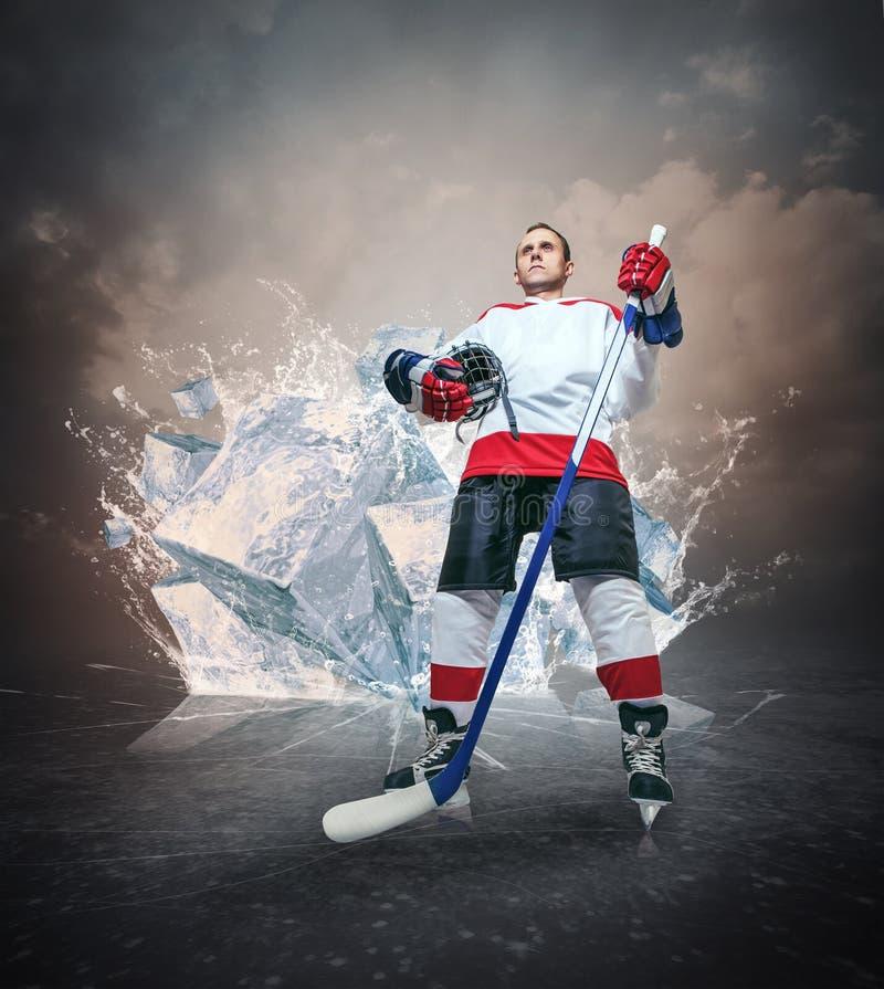 Het portret van de hockeyspeler op abstracte ijsachtergrond stock afbeeldingen