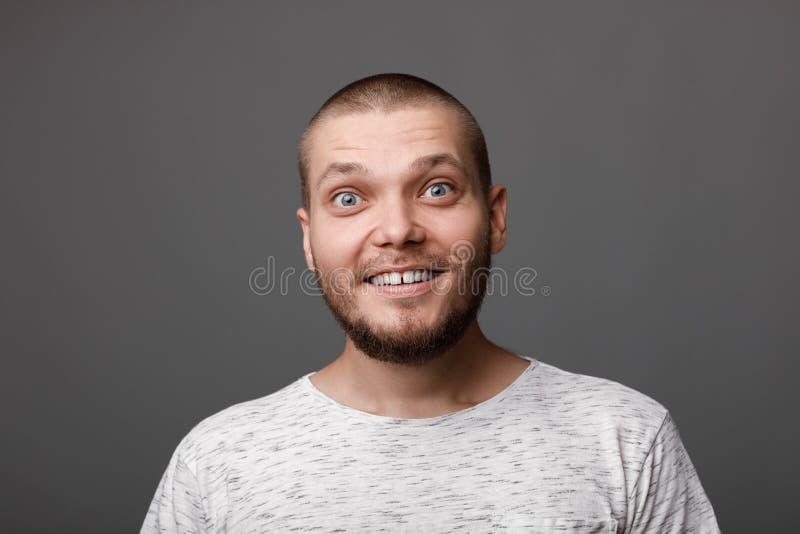 Het portret van de jonge gebaarde man stock afbeelding