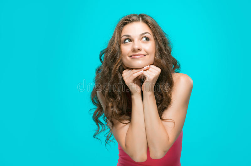 Het portret van de jonge vrouw met gelukkige emoties royalty-vrije stock afbeelding