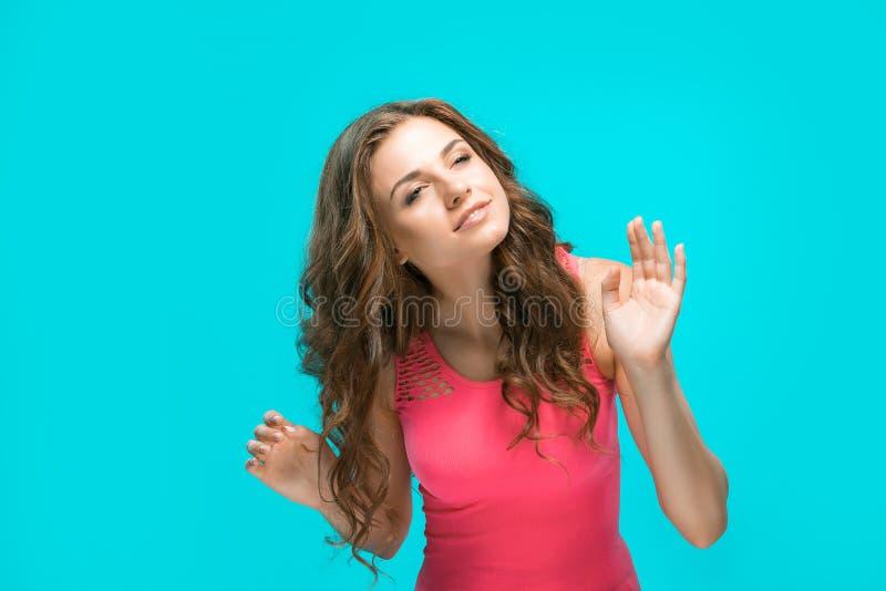 Het portret van de jonge vrouw met gelukkige emoties stock afbeeldingen