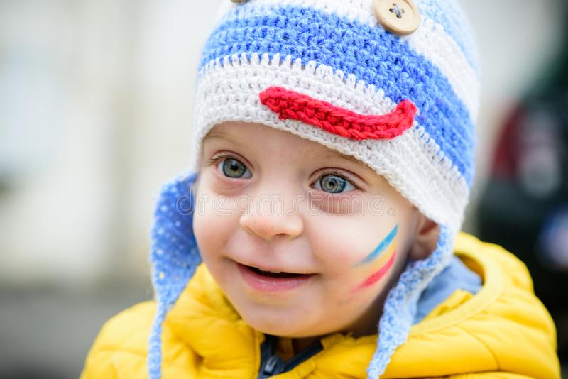 Het portret van de jongenswinter toddler stock fotografie