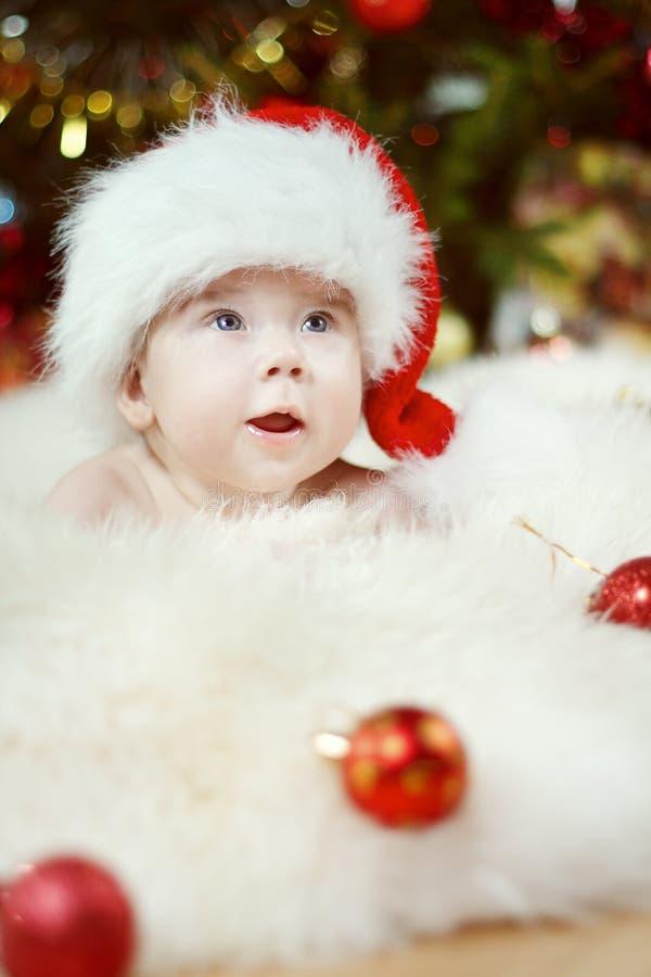 Het Portret van de Kerstmisbaby, Gelukkige Jong geitjejongen, Kind in Santa Hat stock foto's