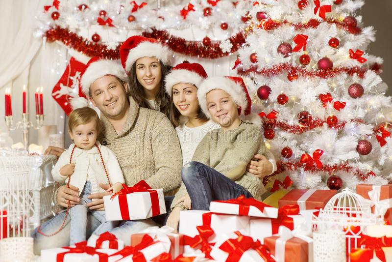 Het Portret van de Kerstmisfamilie, Gelukkige Vader Mother Children Baby stock afbeeldingen