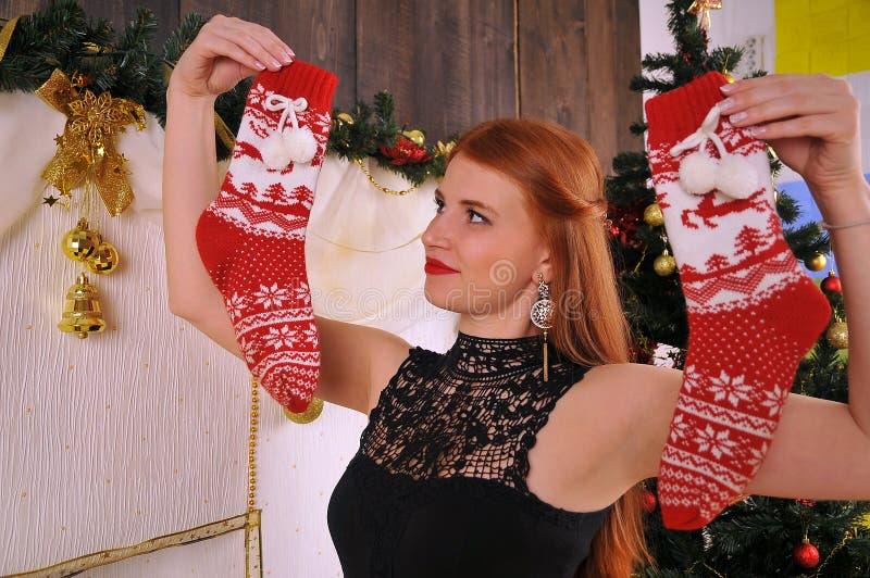 Het portret van de Kerstmisvrouw met rode sokken royalty-vrije stock foto
