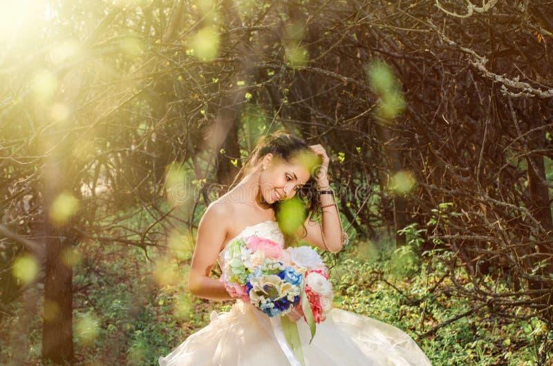 Het portret van het de lentehuwelijk, mooie jonge bruid royalty-vrije stock afbeelding