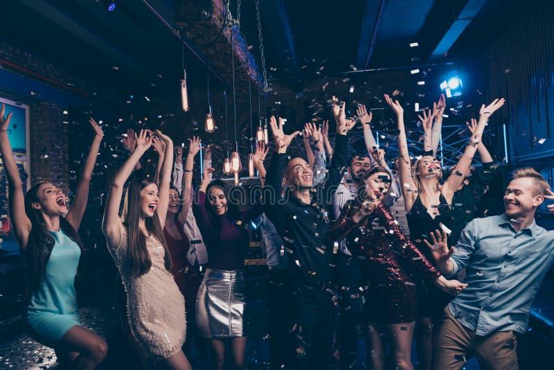 Het portret van de leuke knappe grappige funky millennial formele schijnwerper van de de dansvloer van slijtagelichten heft hande royalty-vrije stock fotografie