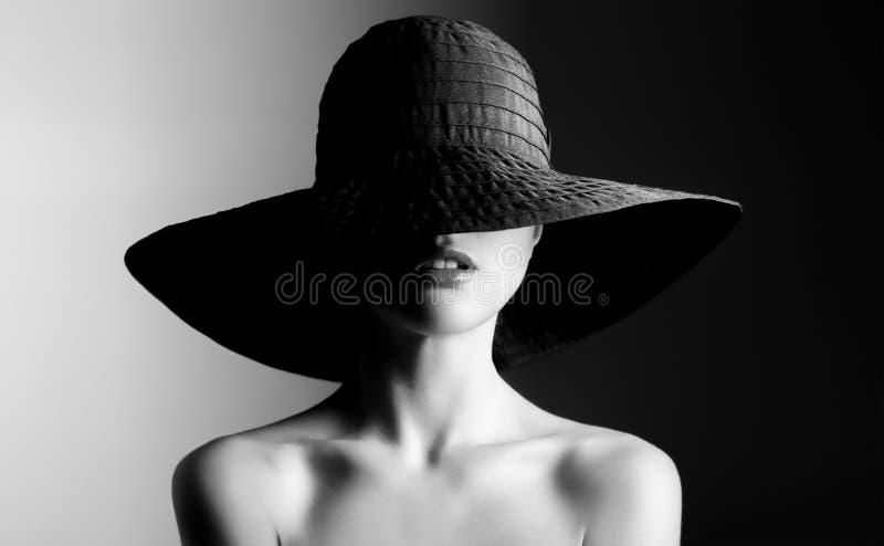 Het portret van de manier van mooie vrouw in zwarte hoed Zwart-wit contrast royalty-vrije stock foto