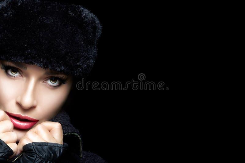 Het Portret van de Manier van de winter Mooi Jong Vrouwengezicht in Bonthoed stock afbeeldingen