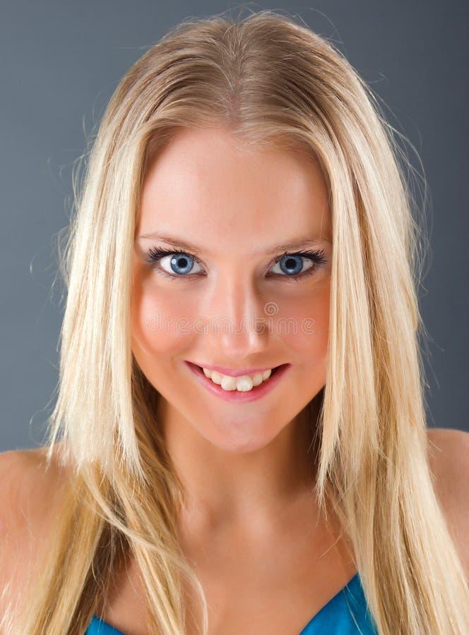 Het portret van de manier van een mooi blonde meisje royalty-vrije stock afbeeldingen