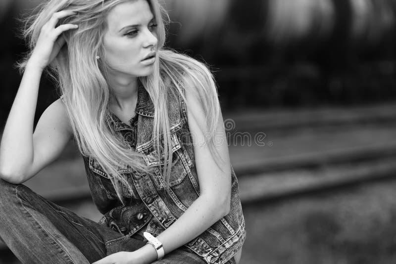 Het portret van de manier van een mooi meisje stock foto