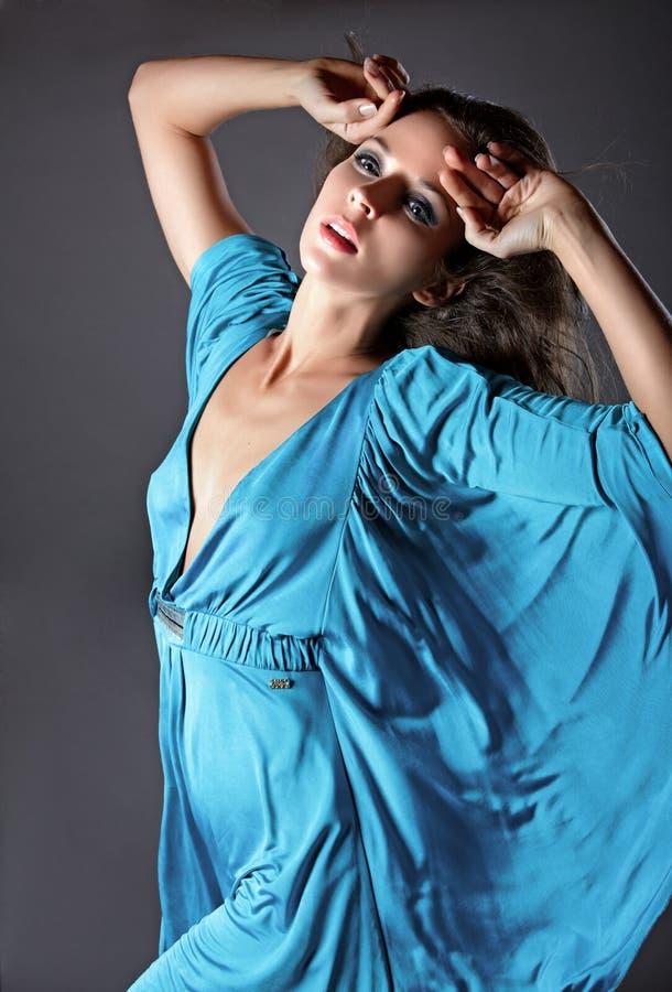 Het portret van de manier van een vrouw in een zijde blauwe kleding. royalty-vrije stock fotografie