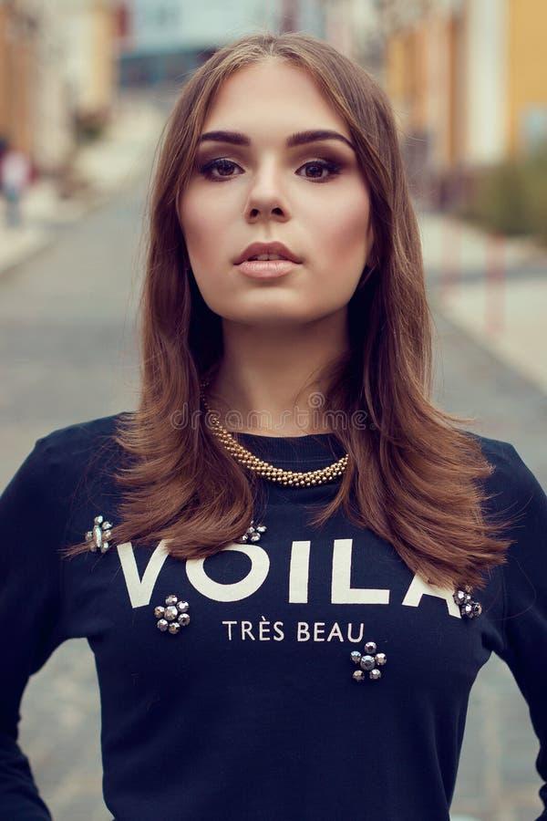 Het portret van de manier van jonge mooie vrouw Het model schieten royalty-vrije stock afbeelding