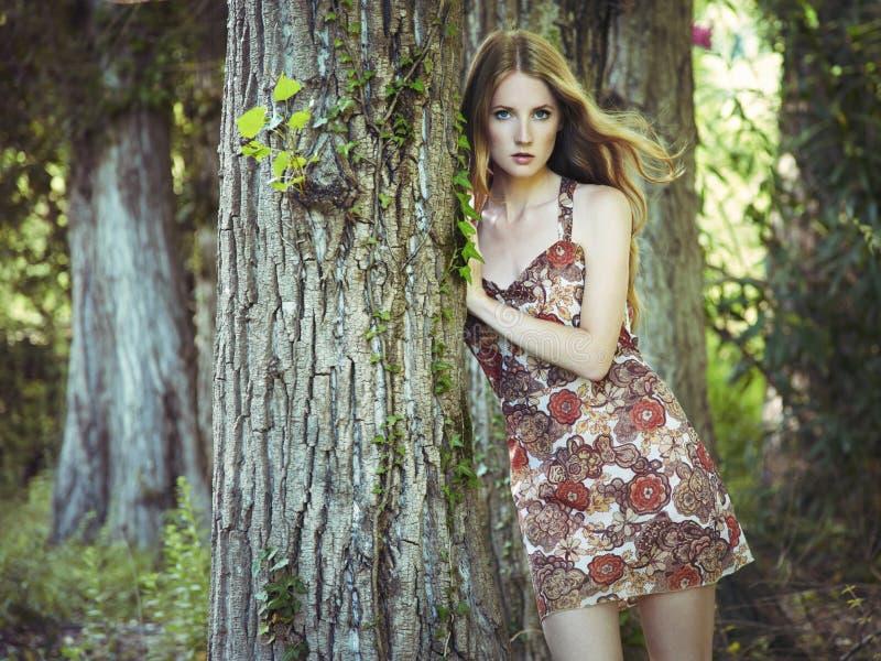 Het portret van de manier van jonge sensuele vrouw in tuin stock afbeelding
