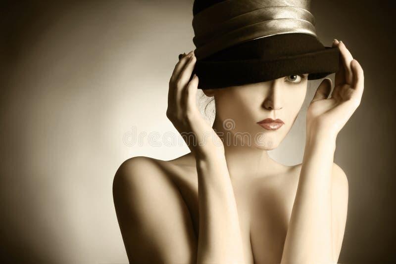 Het portret van de manier van retro vrouw in elegante hoed. stock fotografie