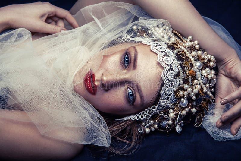 Het portret van de manierschoonheid van jonge mooie jonge vrouw met make-up en sproeten op haar gezicht royalty-vrije stock afbeeldingen