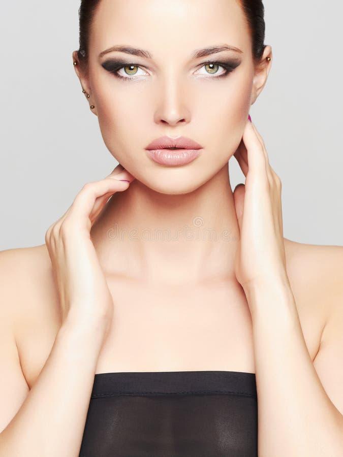 Het Portret van de manierschoonheid van Mooi Meisjesgezicht Professionele Make-up Zwarte Haar en Spijkers royalty-vrije stock fotografie